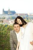 Recém casados no fundo de praga — Fotografia Stock