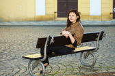Bela jovem sentada num banco — Foto Stock