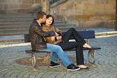 Kärlek paret sitter på bänken — Stockfoto
