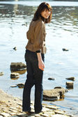 Beautiful young woman at the river — Stockfoto