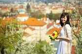 Linda jovem noiva sobre o fundo de praga — Foto Stock