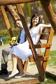 Recién casados en el columpio — Foto de Stock