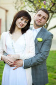 только что вышла замуж в красивом саду — Стоковое фото
