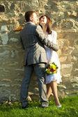 только что вышла замуж стоя — Стоковое фото