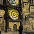 Young couple on the background of astronomical clock in Prague — Stockfoto