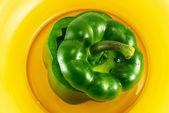 Зелёный перец на тарелке — Стоковое фото