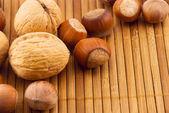 Nozes em uma esteira de bambu — Foto Stock