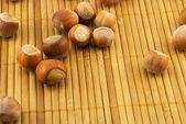 Nocciole su una stuoia di bambù — Foto Stock