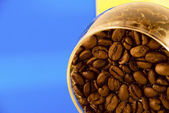 Granos de café en un vaso sobre un fondo colorido — Foto de Stock
