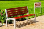 Banc solitaire dans le parc — Photo