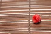 Frambuesa sobre una estera de bambú — Foto de Stock