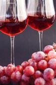 Glas vin och en massa druvor på svart bakgrund — Stockfoto