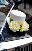 Wedding decoration in the form of hats on the hood of car — Stock Photo