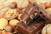 チョコレート、ナッツ、枝編み細工品のマットの上のバー — ストック写真