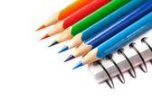 色鉛筆、白で隔離されるノートブック — ストック写真