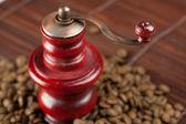 Moedor de café e grãos de café em uma esteira de bambu — Foto Stock