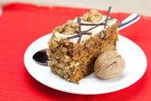 スプーン、プレートの上に横たわるとナッツのケーキ — ストック写真