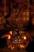 Casa decorativo con una candela nelle mani dell'uomo — Foto Stock