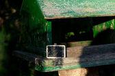 Grande casa de pássaros em uma floresta e um quadro-negro — Fotografia Stock