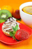 Lemon tea ,lemon,mandarin.kiwi,cake and strawberries lying on th — Stock Photo