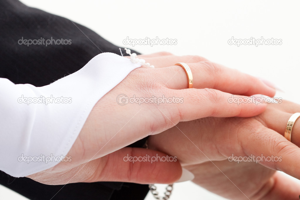 Hands of the bride and groom with the rings — Stock Photo #6111446