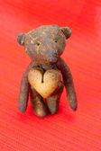 Orsacchiotto a mano e biscotto a forma di cuore su un rosso b — Foto Stock