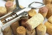 Fondo de las montañas de corchos de vino y un sacacorchos — Foto de Stock