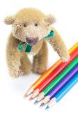 Teddy bären und buntstifte isoliert auf weiss — Stockfoto