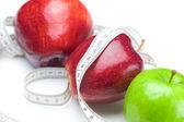 Apple en maatregel tape geïsoleerd op wit — Stockfoto