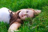 Porträtt av en vacker ung kvinna utomhus — Stockfoto