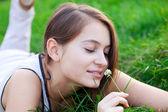 Porträt einer schönen jungen frau mit blumen im freien — Stockfoto