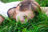 Retrato de una bella mujer con flor al aire libre — Foto de Stock
