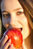 Retrato de uma jovem bonita com maçã ao ar livre — Fotografia Stock