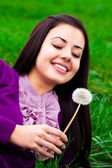 Portrait of a beautiful young woman with dandelion — 图库照片