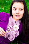 タンポポと美しい若い女性の肖像画 — ストック写真