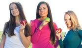 портрет трех молодая красивая женщина с apple на небо ба — Стоковое фото