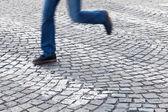 Man running at a pedestrian crossing — Stockfoto