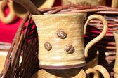 Tasses en céramique dans un panier à la foire — Photo