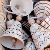 Campanas de cerámicas en una cesta en la feria — Foto de Stock