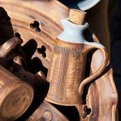 Bouteilles d'argile dans le panier à la foire — Photo