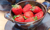 Strawberries in a ceramic bowl at the fair — Stock Photo