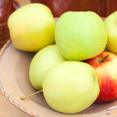 Apple in a ceramic bowl at the fair — Stock Photo