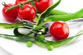 Pomidor, widelec, skóry ogórkiem, groszkiem i środek taśmy na płytkę isol — Zdjęcie stockowe