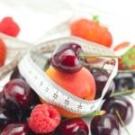 mäta tejp, jordgubbe, aprikos, körsbär och hallon isolerade — Stockfoto
