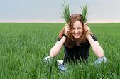 рыжая женщина с удовольствием на зеленом поле — Стоковое фото