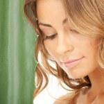Красивая женщина с алоэ вера — Стоковое фото