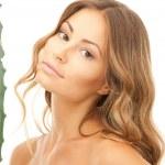 schöne Frau mit Aloe vera — Stockfoto #5447345
