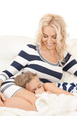 快乐妈妈和睡觉的女孩 — 图库照片