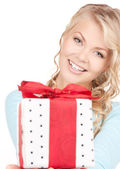 Happy girl with gift box — Stockfoto