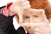 Homem bonito, criar um quadro com os dedos — Foto Stock